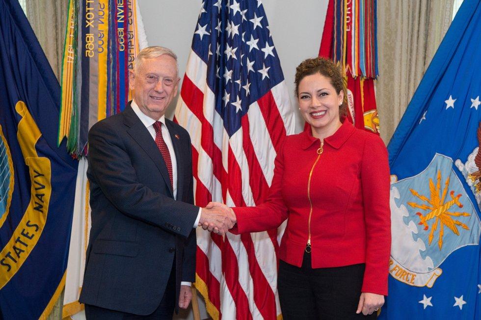 Ministrja Xhaçka pritet nga sekretari amerikan i Mbrojtjes: Shqipëria aleat i denjë, godet më fortë se pesha e saj