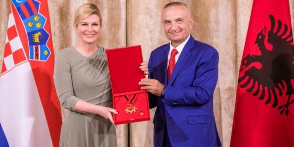 """Presidentja kroate trondit Ballën, pa dashje i """"shkel syrin"""""""