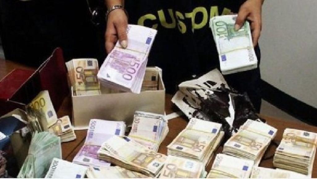 Iu gjetën në makinë 114 mijë euro, pranga dy shqiptarëve