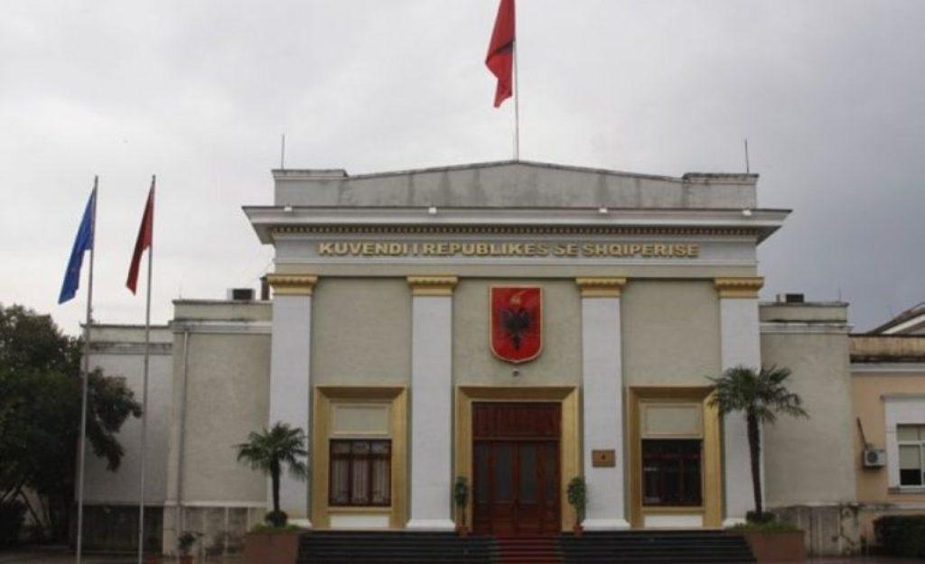 Mazhoranca voton sot ligjet e reja për taksat dhe tatimet